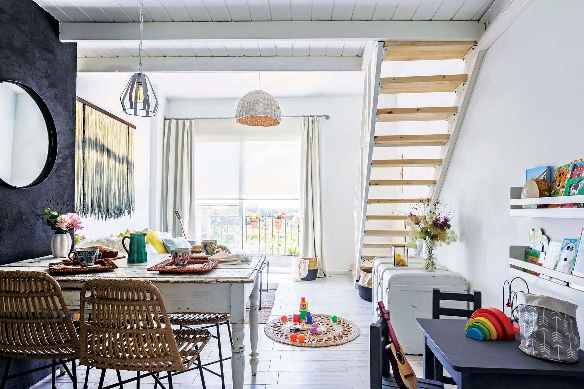 La escalera que incluyeron para conectar el espacio original con el entrepiso tiene estructura metálica para mayor levedad y escalones de madera para dar la justa calidez.