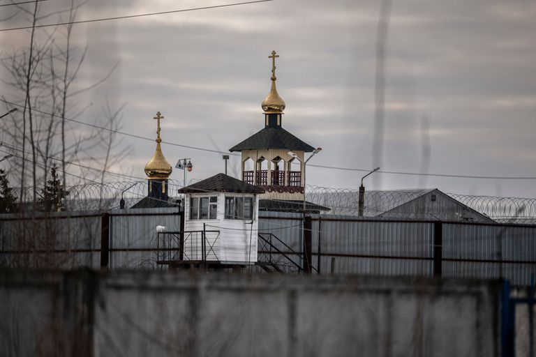 Las cúpulas de una iglesia ortodoxa que está dentro del penal
