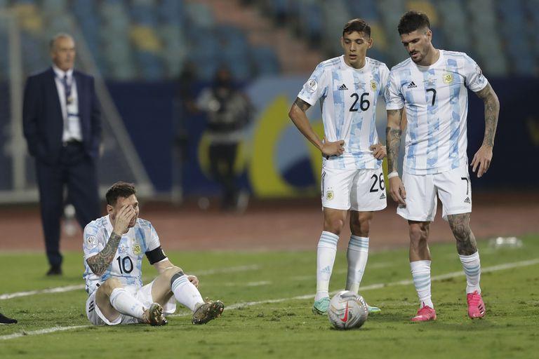 Messi, sentado, mientras Molina y De Paul conversan. Detrás, Alfaro.