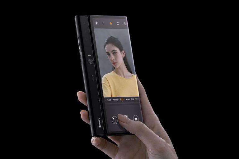 En el dorso del teléfono lleva las cámaras; cuando se quiere tomar una selfie se ilumina la parte trasera de la pantalla