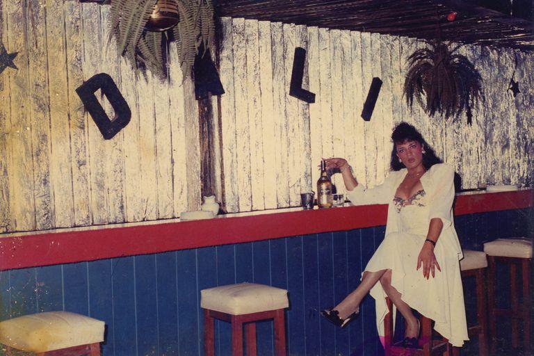 Digan Whisky. El momento del coqueteo y el romance es otro de los que se repiten entre las 10.000 imágenes del Archivo. En esta Flavia Flores posa esperando que la noche le traiga suerte.