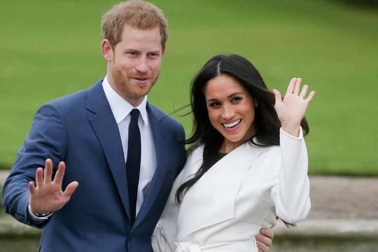 En esta foto de archivo tomada el 27 de noviembre de 2017, el príncipe Harry de Gran Bretaña y su prometida entonces, la actriz estadounidense Meghan Markle, posan para una fotografía en el Sunken Garden del Palacio de Kensington en el oeste de Londres tras el anuncio de su compromiso