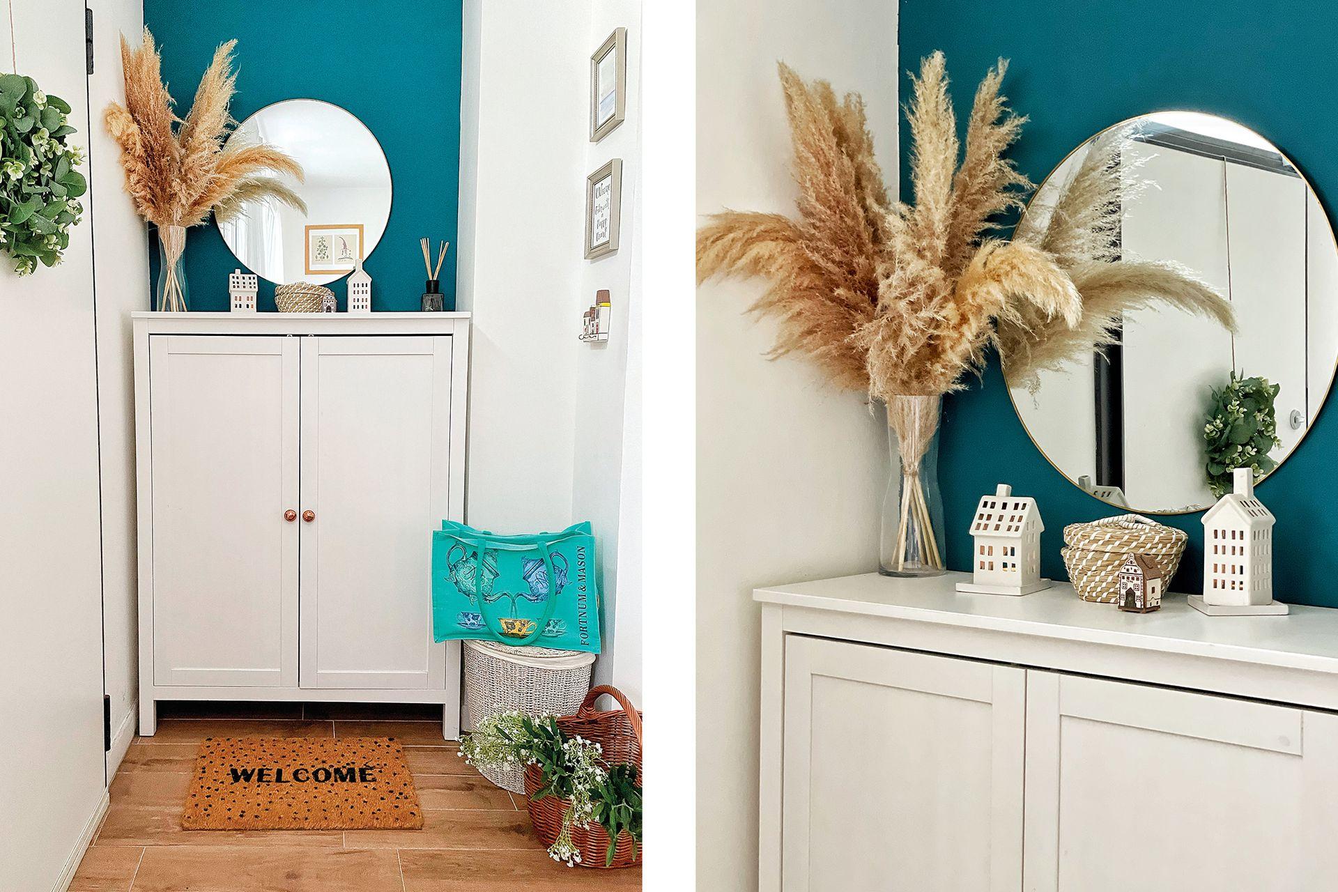 Uno de los rincones favoritos de Lorena es el recibidor, donde se pintó una pared también de azul para crear contraste con el mueble y el espejo.