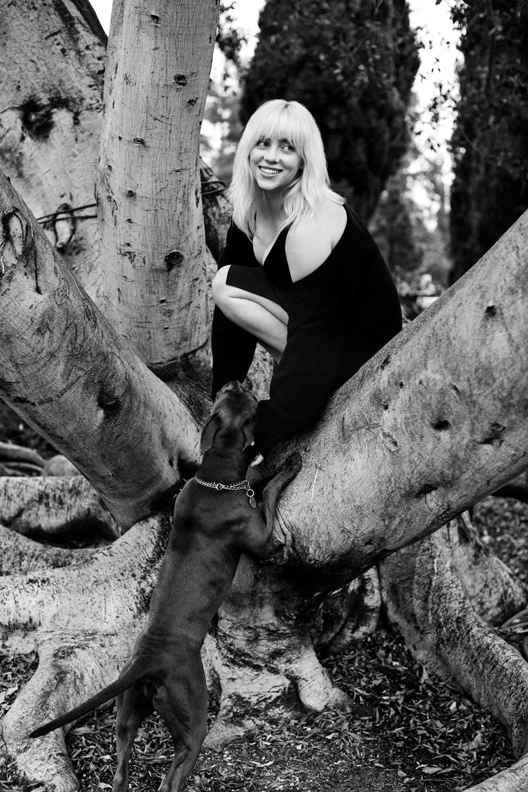 Billie Eilish fotografiada por Yana Yatsuk. Dirección de moda de Alex Badia. Cárdigan de Helmut Lang. Slip dress de Guccy (Custom).