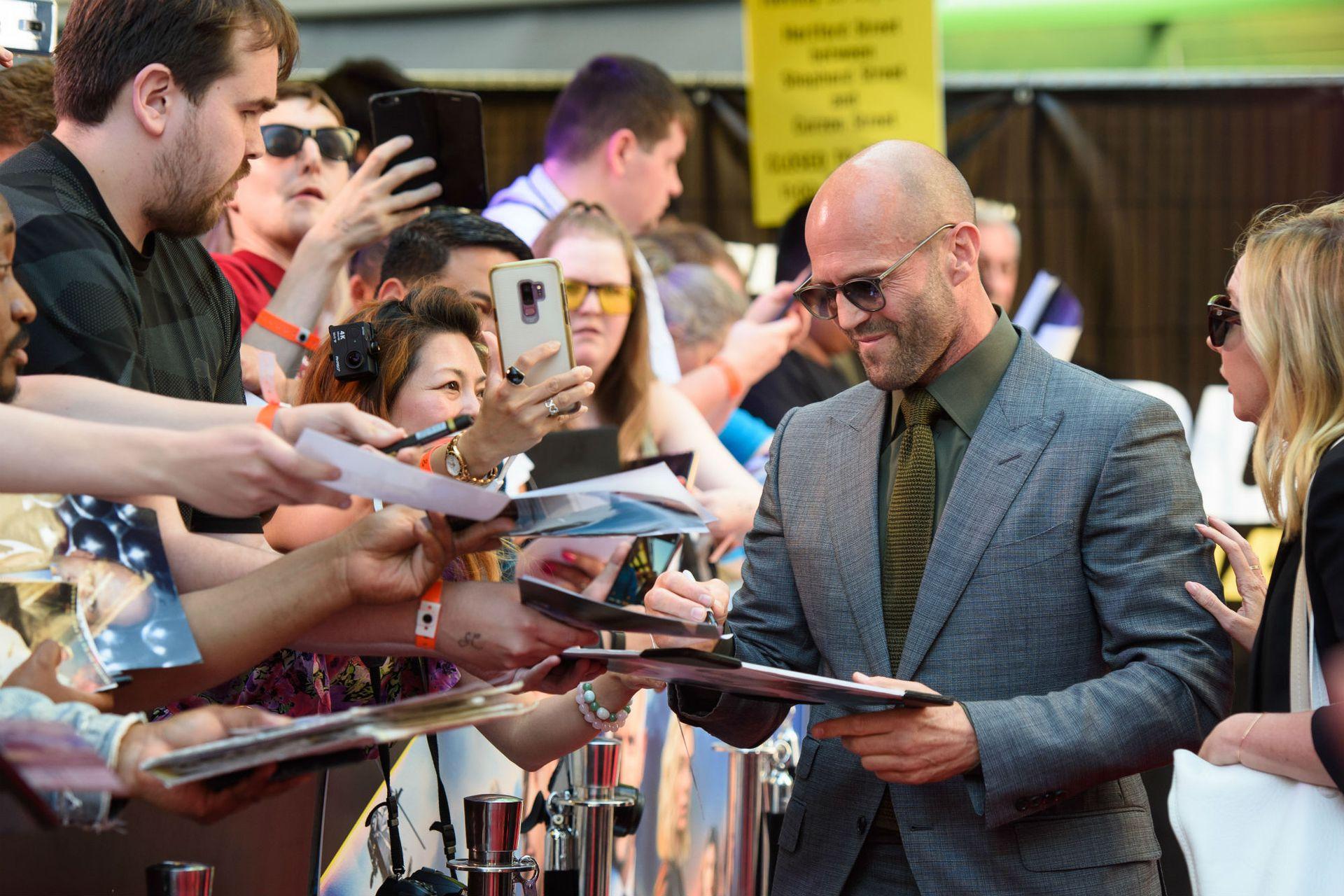 Jason Statham, bien dispuesto a firmar autógrafos y sacarse fotos con los fans del film