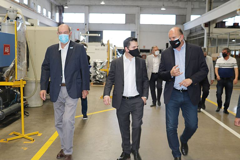 El gobernador de Santa Fe, Omar Perotti, con Adrián Maglia (a la izquierda), uno de los intendentes involucrados en las irregularidades con las vacunas