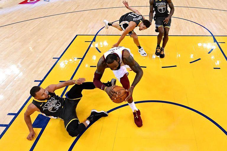 LeBron James pretende rescatar a Cavaliers de las garras de los Warriors