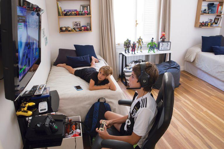 El cuarto de Benjamín y Felipe es el lugar de los videojuegos y los superhéroes.