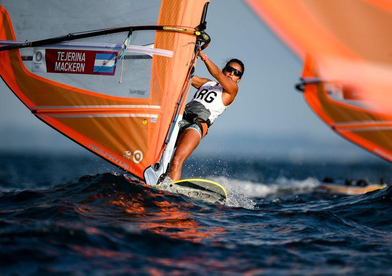 Maria Celia Tejerina, en acción durante las carreras de mujeres windsurfistas en el puerto de yates de Enoshima