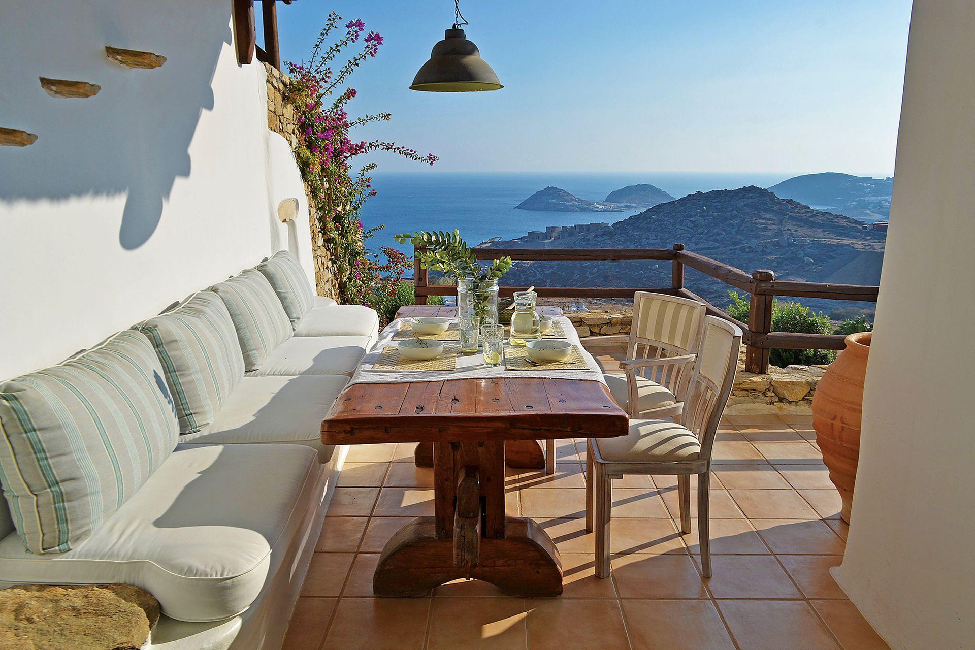 A la mesa de madera maciza, resistente y del tamaño ideal para la terraza, María la heredó de su suegro.