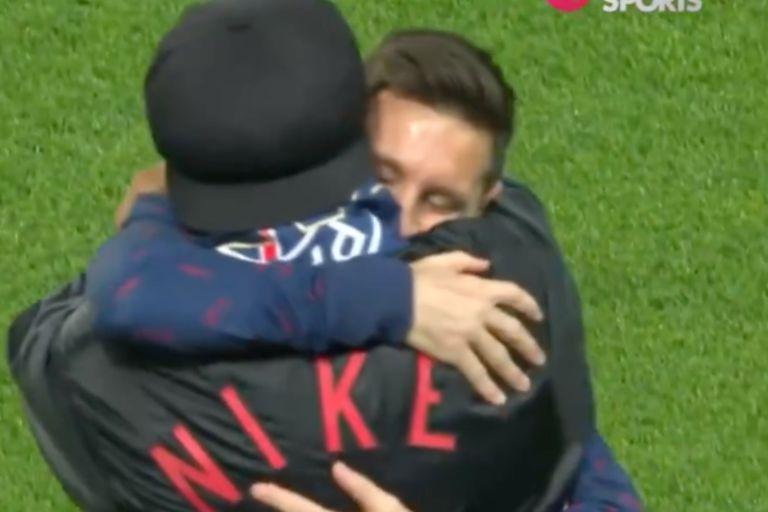 El emotivo abrazo entre Leo Messi y Ronaldinho que hizo lagrimear a los fanáticos