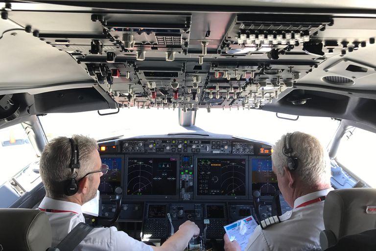 El software de control de vuelo es un sistema llamado MCAS (Maneuvering Characteristics Augmentation System) y fue desarrollado especialmente para los Boeing 737 MAX 8 y MAX 9