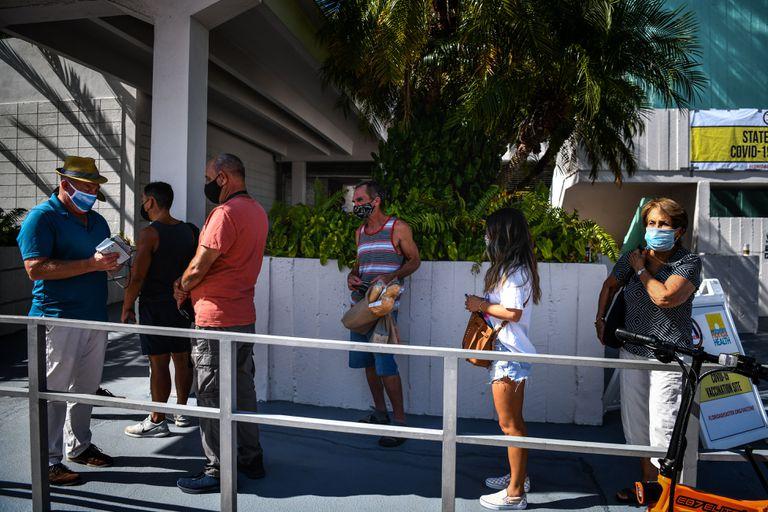 Fila en Miami para recibir una vacuna contra la Covid-19