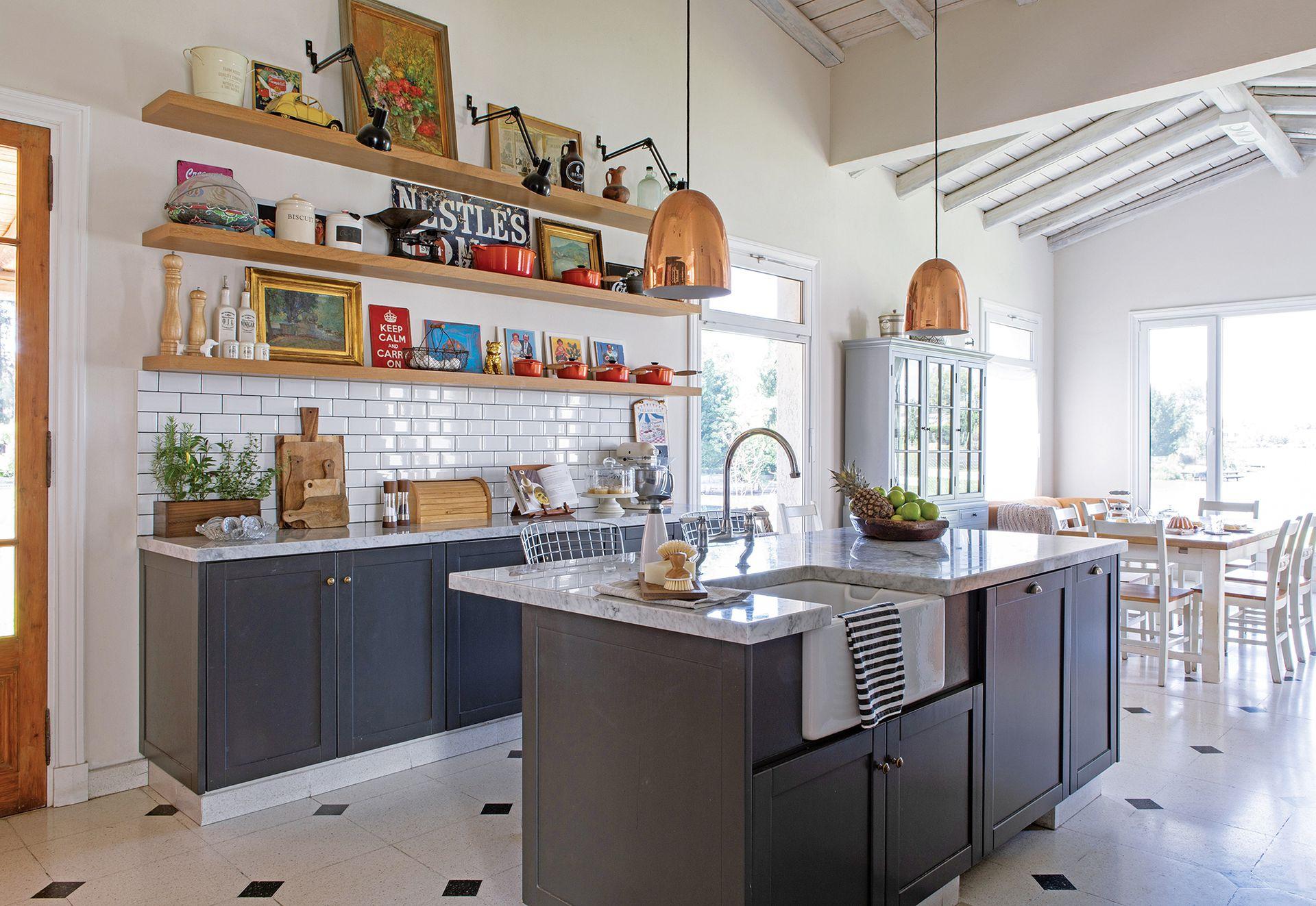 los objetos de uso diario, llenos de color y de valor afectivo, se exhiben en todos los estantes. Huerta con aromáticas siempre frescas (Rama Diseño Verde). Tablas de madera (Jamie Oliver).