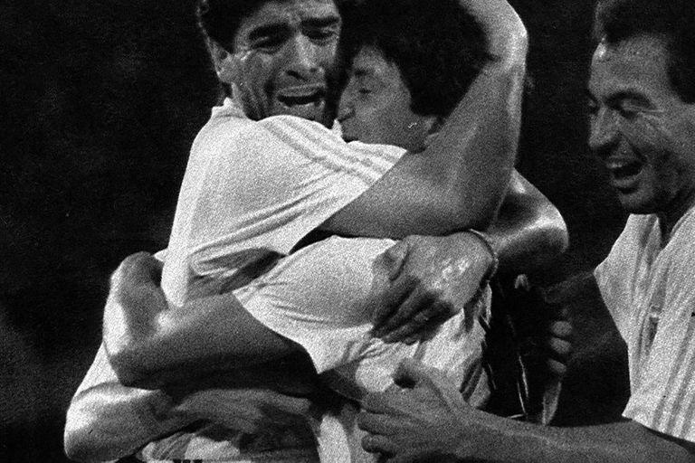 Pedro Damian Monzon y José Tiburcio Serrizuela se abrazan con Diego Maradona en Italia 90