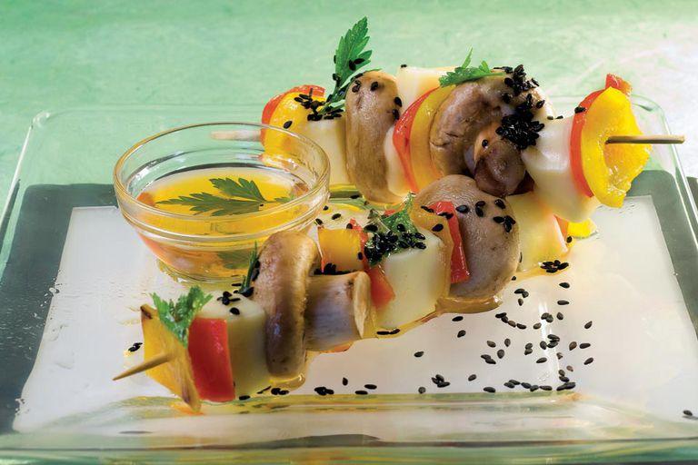 Pinchos de pimientos, hongos y tofú