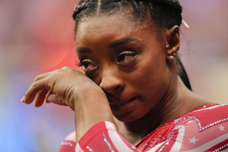 Simone Biles deja escapar una lágrima tras su caída de la viga; no obstante, la atleta norteamericana logró la clasificación para los Juegos Olímpicos