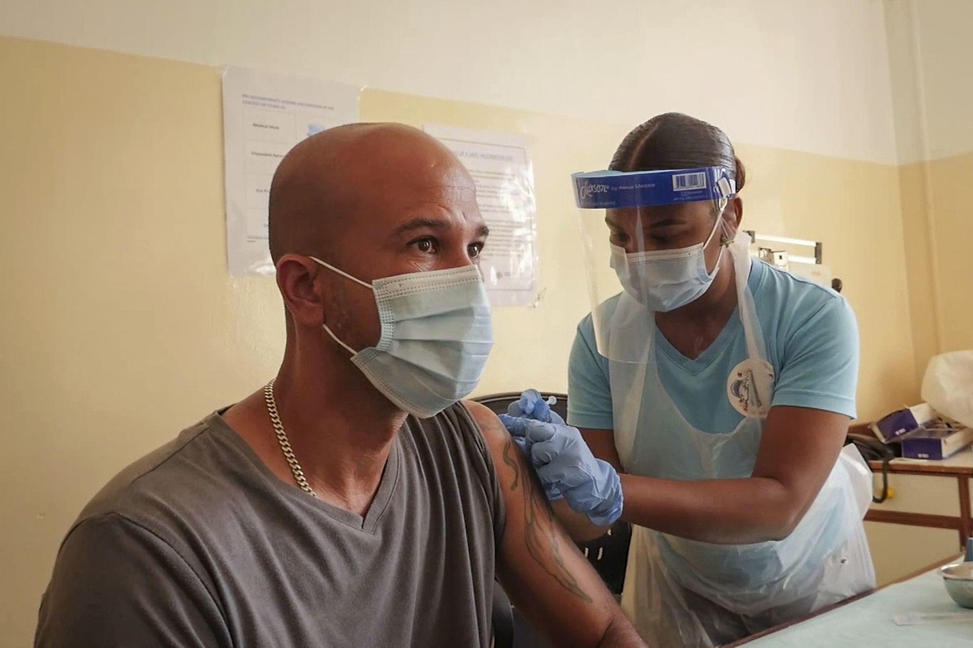 SEYCHELLES: Un paciente recibe una inyección de la vacuna contra el coronavirus 'Covishield' 'fabricada por el Serum Institute of India de una enfermera en un hospital en la capital, Victoria, Mahe Island, Seychelles, el miércoles 24 de febrero de 2021.