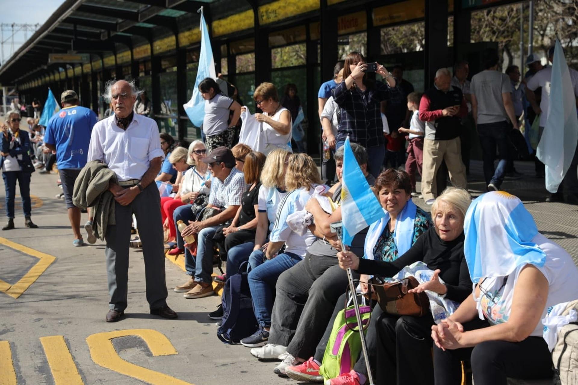 La gente espera para el discurso en las estaciones de Metrobus