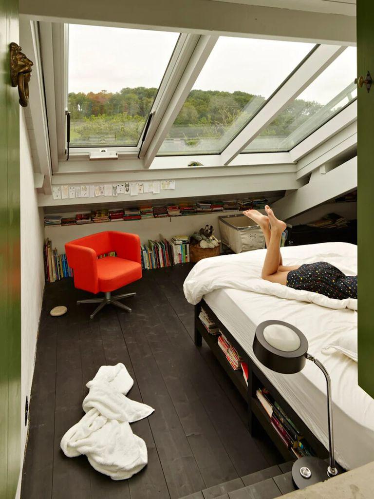 Uno de los dormitorios ubicado en el altillo tiene techo de vidrio