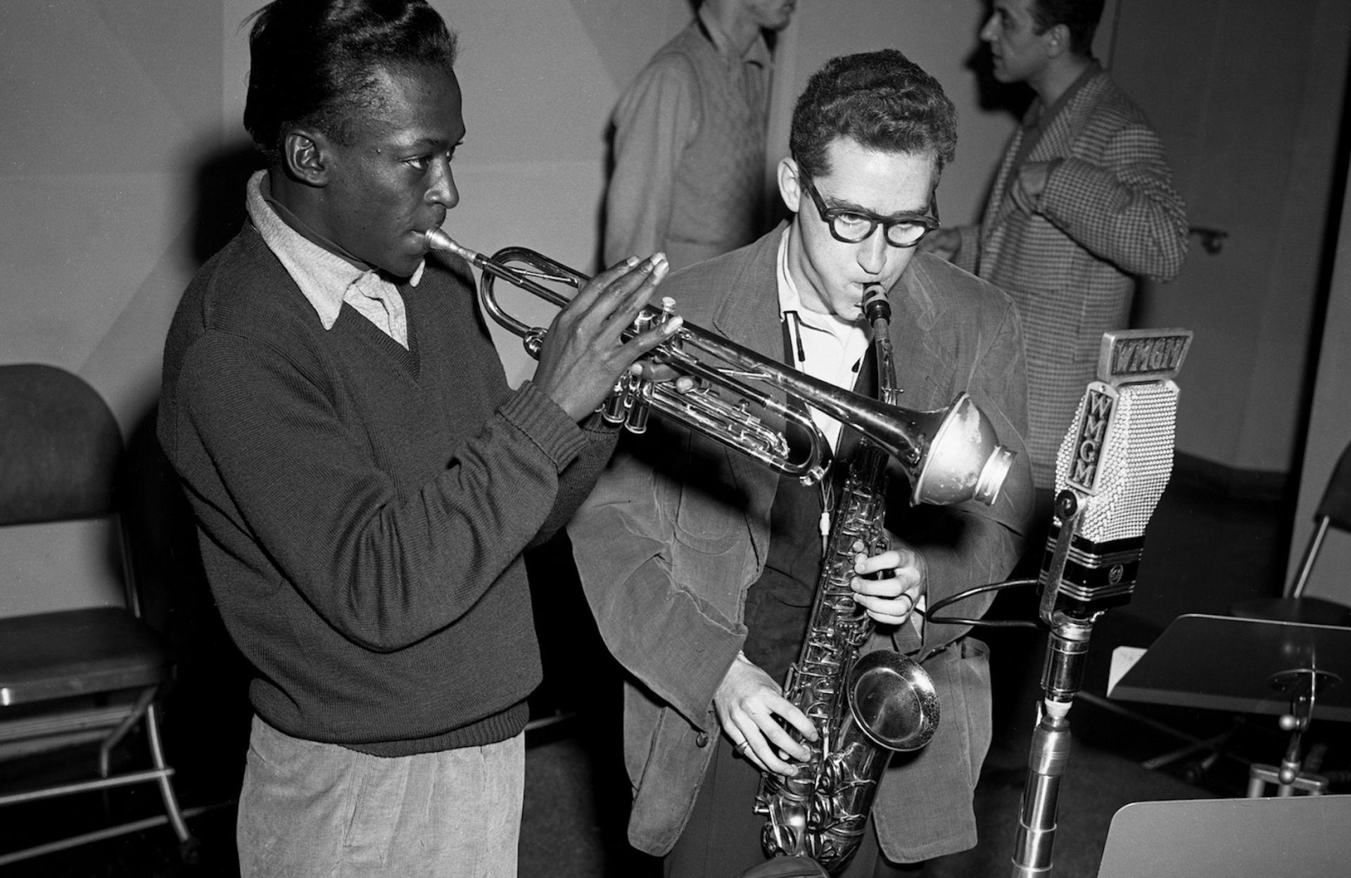 Lee Konitz, protagonista de los años dorados del jazz, junto a Miles Davis en una sesión radiofónica