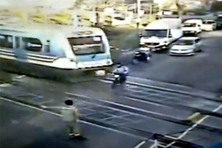 Una moto cruzó con las barreras bajas y fue arrastrada por el tren Sarmiento