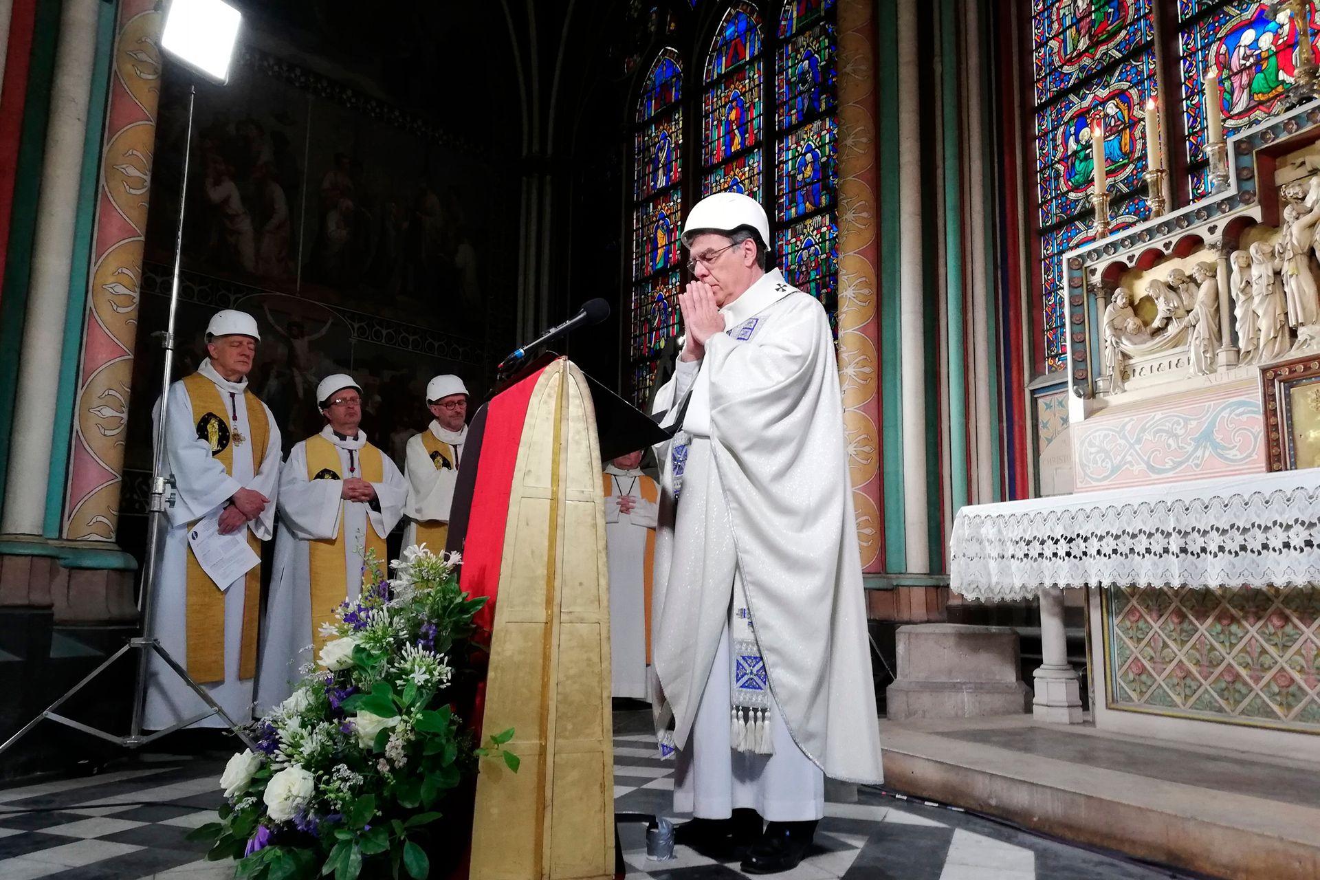 El arzobispo de París encabeza la primera misa, dos meses después del devastador incendio en la catedral de Notre Dame de París