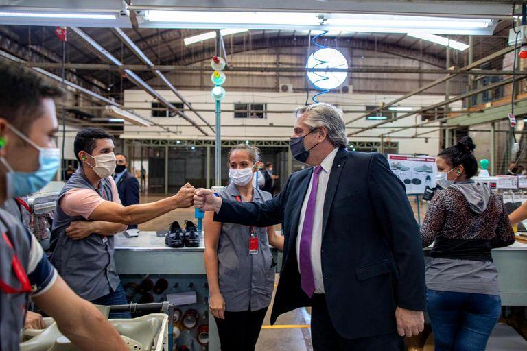 El presidente Alberto Fernández visitó este martes una fábrica de calzados en la provincia de Misiones; antes había defendido el cierre de las exportaciones de carne