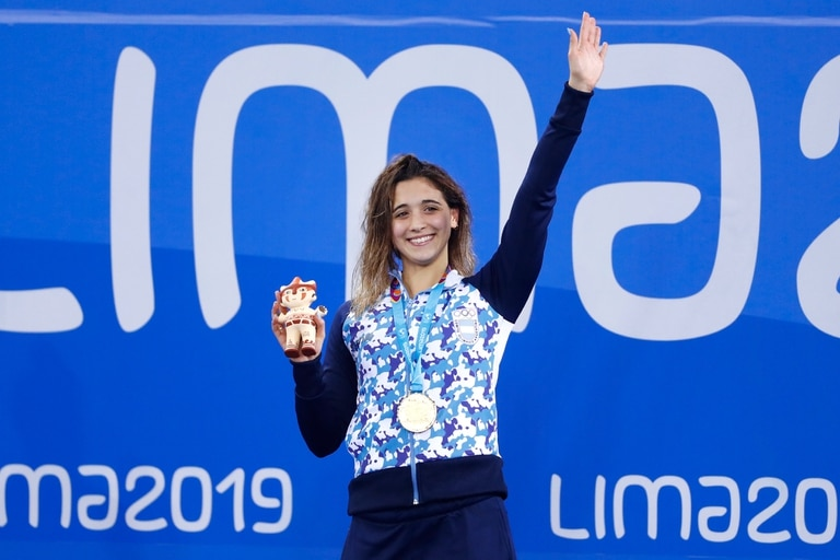 Delfina Pignatiello, con la medalla dorada y la mascota Milco de los Juegos Panamericanos