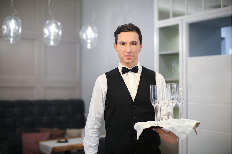 En qué se parece un dirigente político al mozo de un restaurante