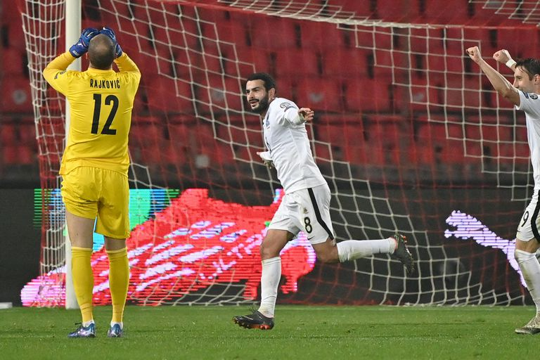 El lamento del arquero Rajokvic, mientras Emin Makhmudov (centro) celebra el gol de Azerbaiyán en Belgrado