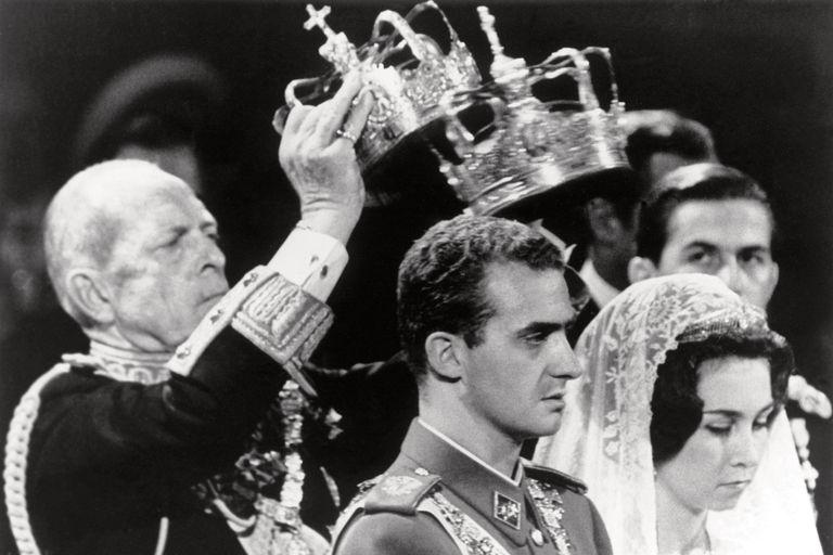 El rey Pablo I, padre de la novia, sostuvo las coronas sobre las cabezas de los novios, parte fundamental del ritual