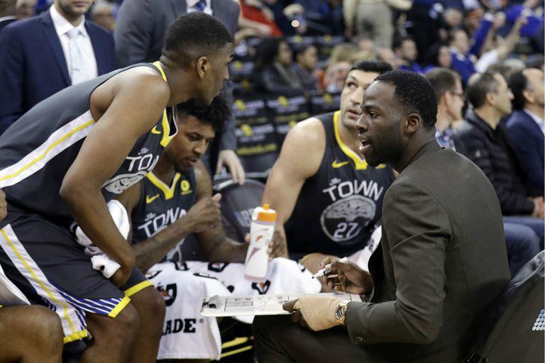 El lesionado Draymond Green de Golden State Warriors dando indicaciones a sus compañeros