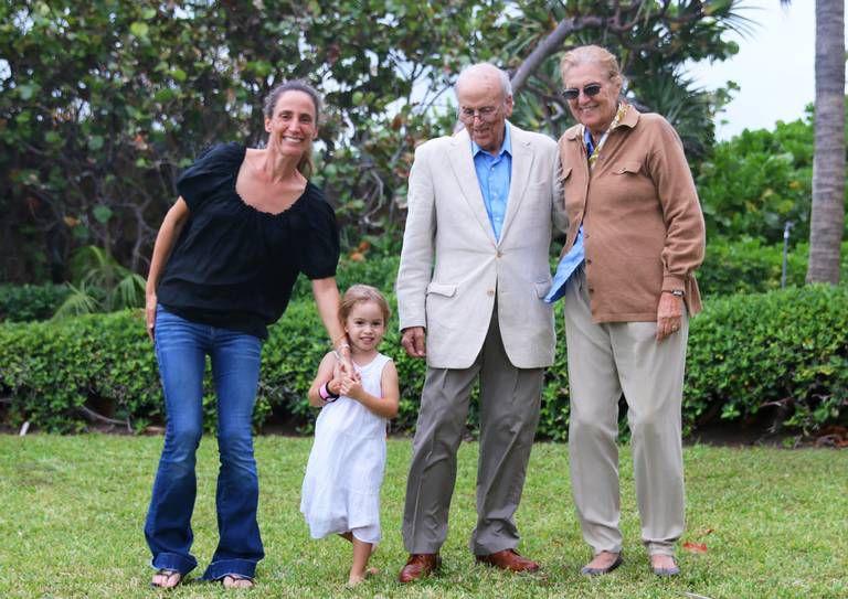 Graciela Cattarossi, hermana de Andrea, junto a su hija Stella, además de su padre y su madre