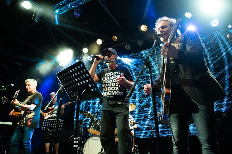 Los Típitos y León Gieo, juntos en el escenario del Konex.