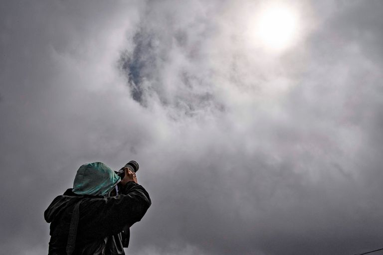 El momento más esperado en las localidades del sur de la Argentina es entre las 13.05 y las 13.21, cuando se inicia el eclipse total de Sol