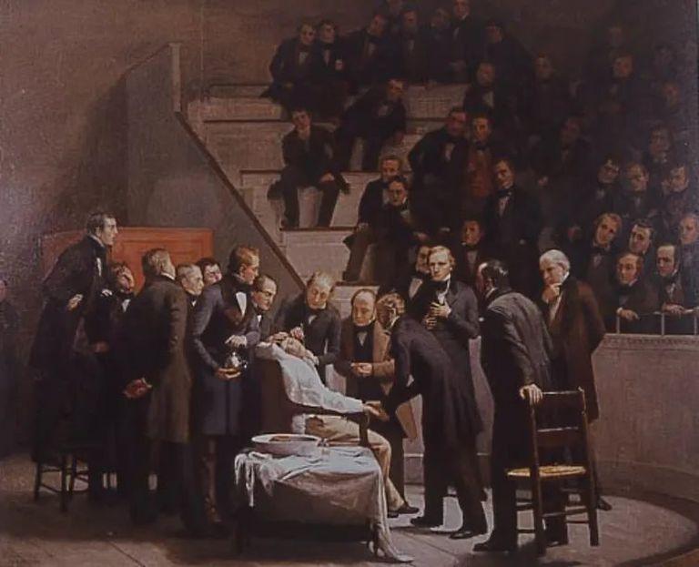 Un lienzo de Robert Hinckey muestra a John Warren efectuando una intervención quirúrgica de un tumor cervical, una vez que William Morton, situado detrás del paciente, le ha practicado la anestesia con éter