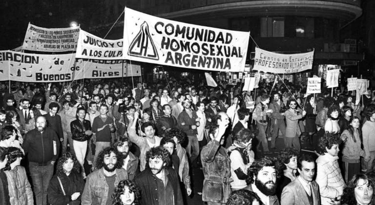 La primera marcha de la comunidad LGBT+ tuvo lugar en la Avenida de Mayo. Fuente: Télam.