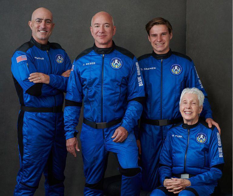 La tripulación del New Shepard (de izq. a der.): Mark Bezos, Jeff Bezos, Oliver Daemen, Wally Funk