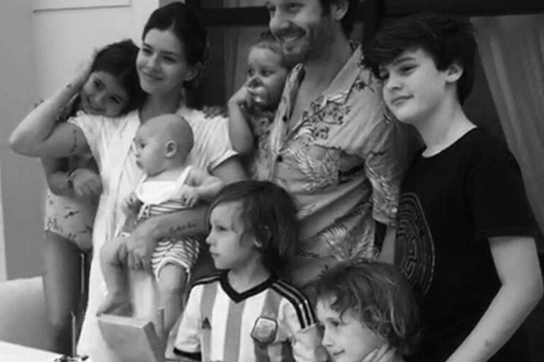 Benjamín Vicuña y la China Suárez posan junto a sus hijos, Magnolia y Amancio, los hijos de él, Bautista, Beltrán y Benicio, y la hija de ella, Ruuina