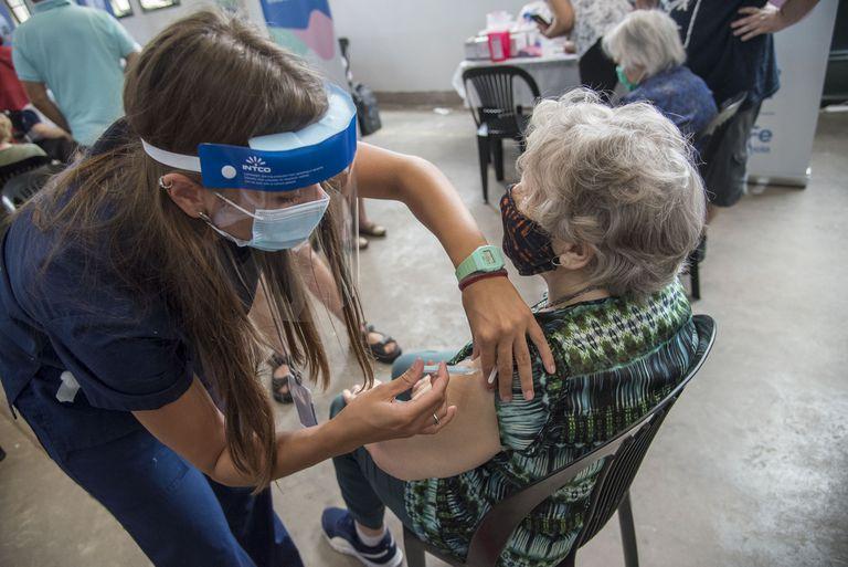Vacunacion de mayores de 90 años con la vacuna India Covishield en la provincia de Santa Fe, Rosario, en le predio de la ex Rural