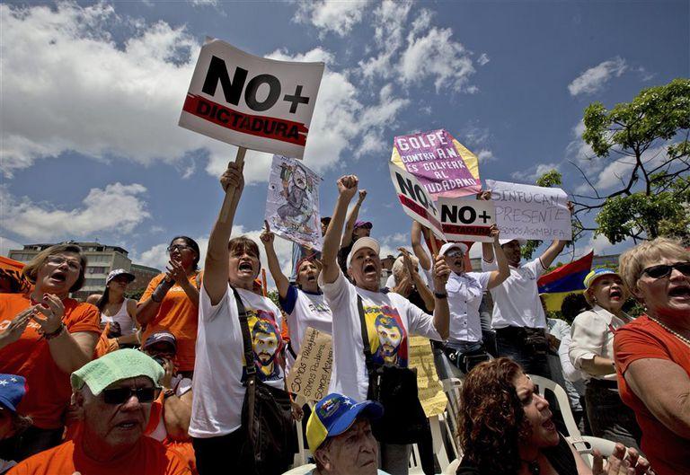Manifestantes opositores marcharon ayer en Caracas