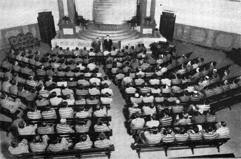 Salón de actos de la Penitenciaría en 1938. Allí vieron Blancanieves y el recital de Juan de Dios Filiberto. El traje a rayas fue suprimido por Roberto Pettinato.