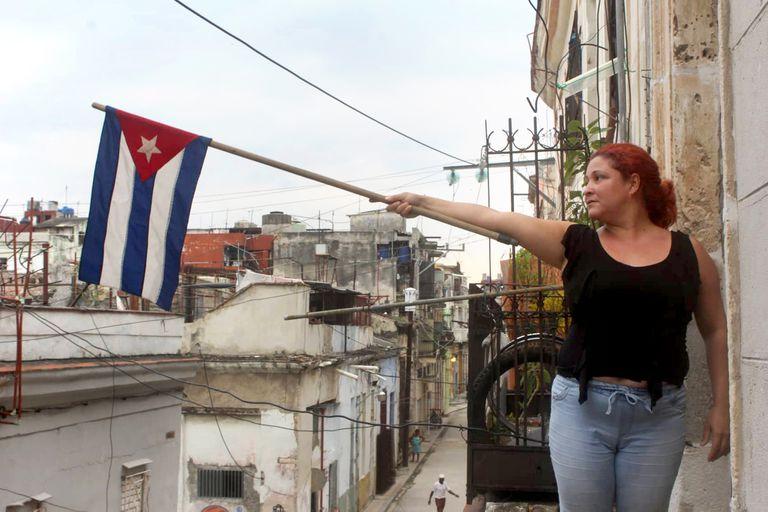 Una integrante del Movimiento San Isidro exhibe una bandera cubana a modo de protesta
