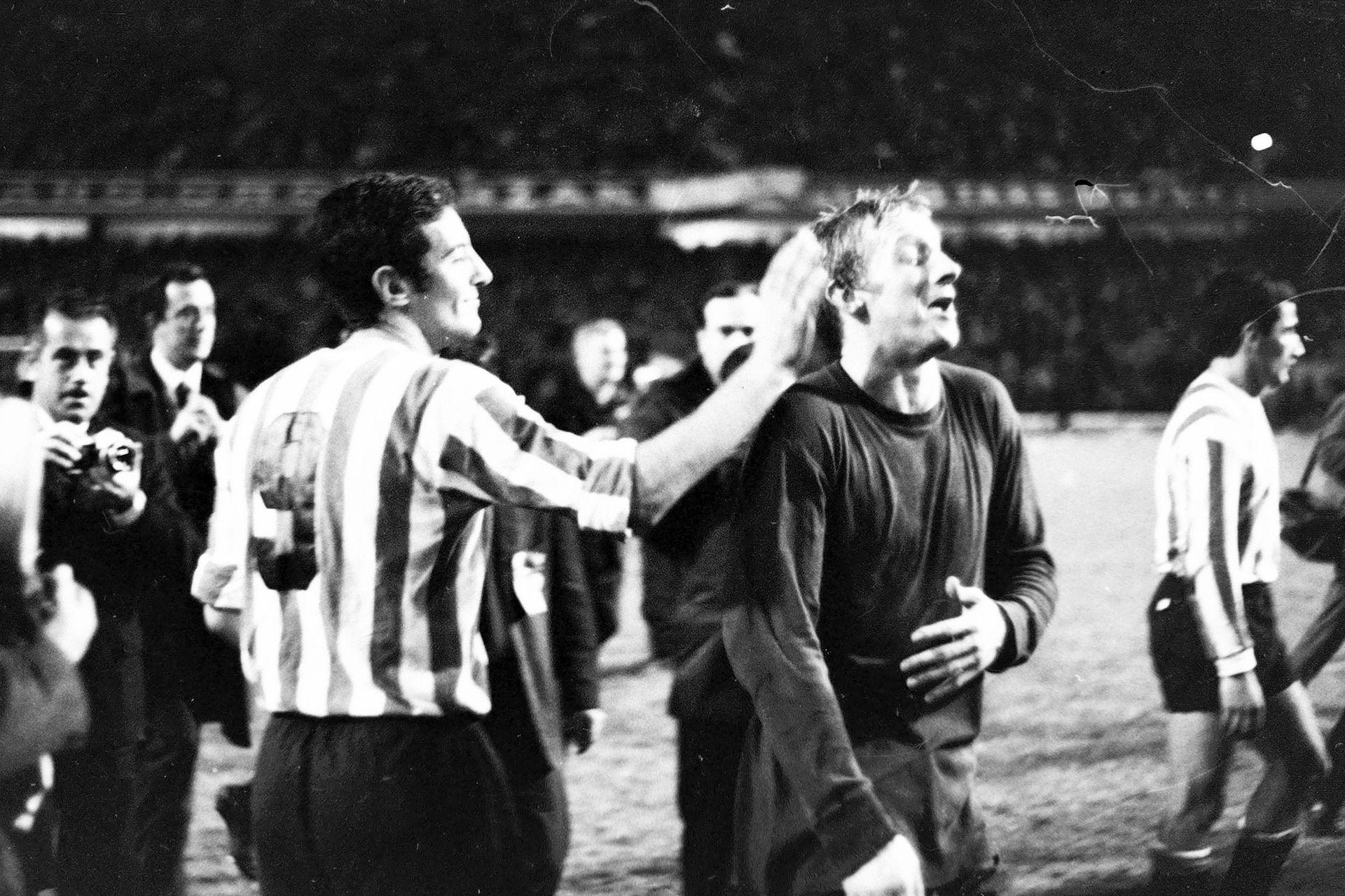 Denis Law (25 de septiembre de 1968): Balón de Oro en 1964 (ningún otro escocés lo logró), otro de los visitantes ilustres de aquel Manchester United que perdió la final Intercontinental con Estudiantes; en la foto, recibe el saludo de Conigliaro, autor del gol del triunfo Pincha en la Bombonera