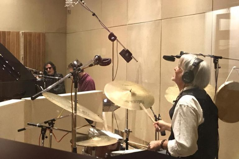Roberto Pettinato, sentado a la batería, y Charly García, al piano, durante la grabación del disco del saxofonista