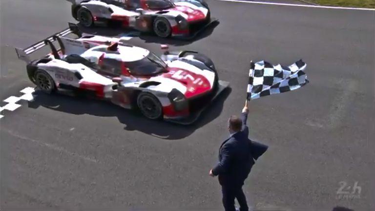 Los vehículos de Toyota cruzan juntos la meta en el triunfo de José María López en Le Mans