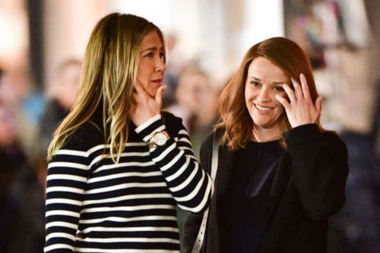 """Apple le ganó a Netflix """"The Morning Show,"""" protagonizado por Jennifer Aniston y Reese Witherspoon"""
