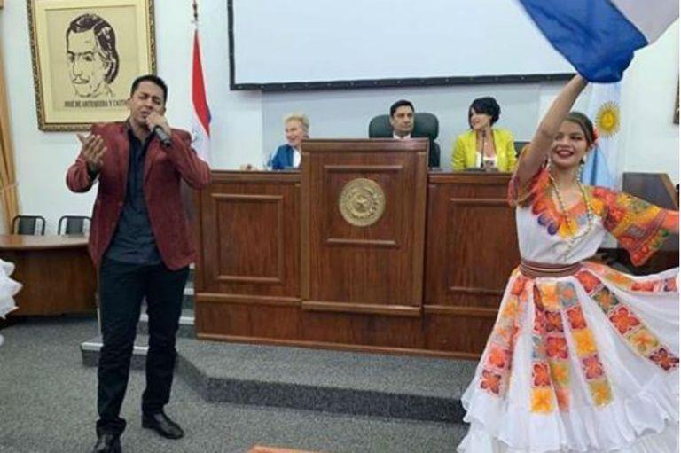 Junto a David se encuentra el promotor del homenaje, Enrique Castro Rodríguez