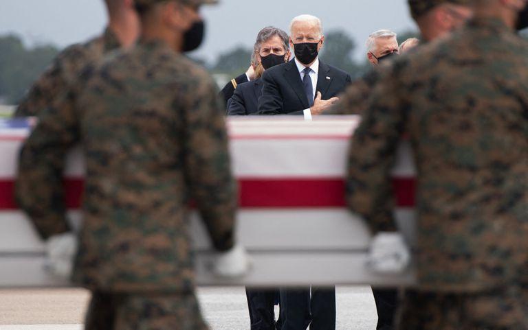 Biden, durante el arribo de los marines caídos a la base de Dover
